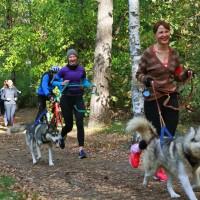 Старт дан, участницы обучаются вождению собаки